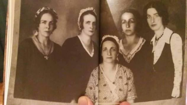 SESTRE HADZIKARIC Sarajke rodjene u 19. stoljecu u bosanskoj muslimanskoj GRADJANSKOJ nosnji