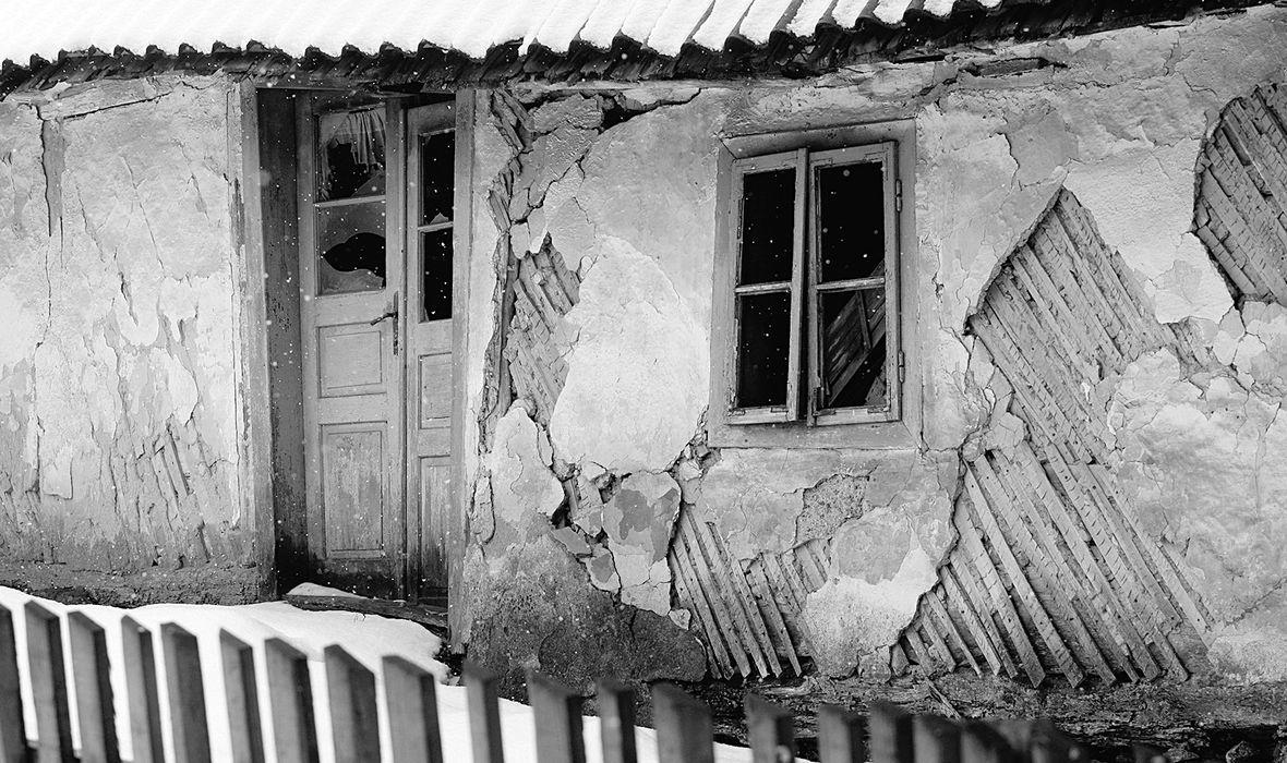 Gospic, 200212. Veliki je broj starih, trosnih i napustenih kuca u Gospicu i njegovoj okolici.Buduci da nema sredstava za njihovu obnovu, mnogima od njih zbog velike kolicine snijega prijeti i rusenje. Foto: Jure Miskovic / CROPIX
